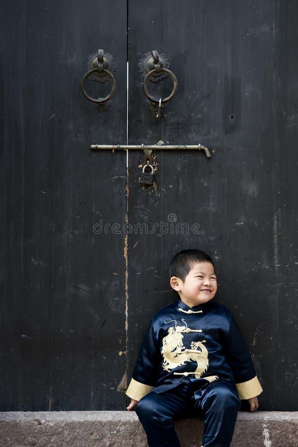 Download Een Jongen In Chinees Traditioneel Kostuum Stock Afbeelding - Afbeelding bestaande uit blauw, kloppers: 29514607