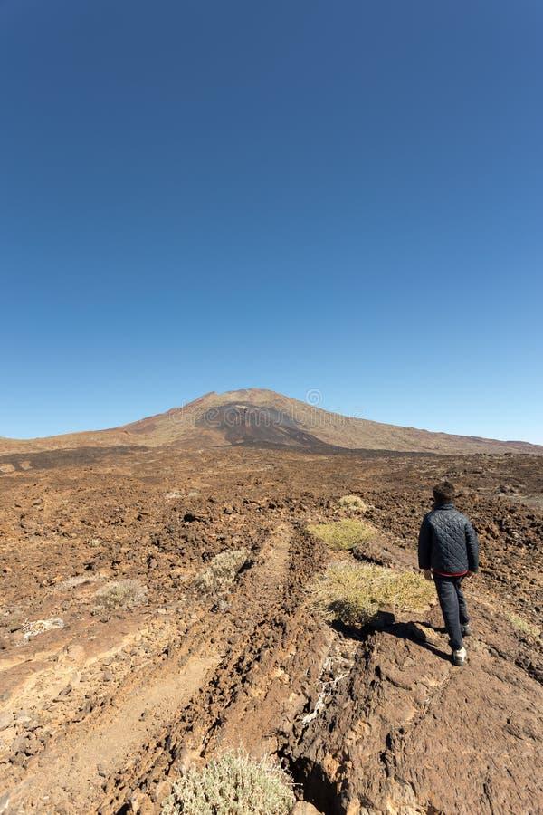 Een jongen dichtbij de Vulkaan van Pico VIejo stock fotografie