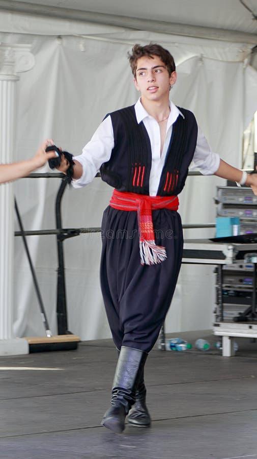 Een jongen die op jaarlijks Grieks Festival in Denver dansen stock foto's
