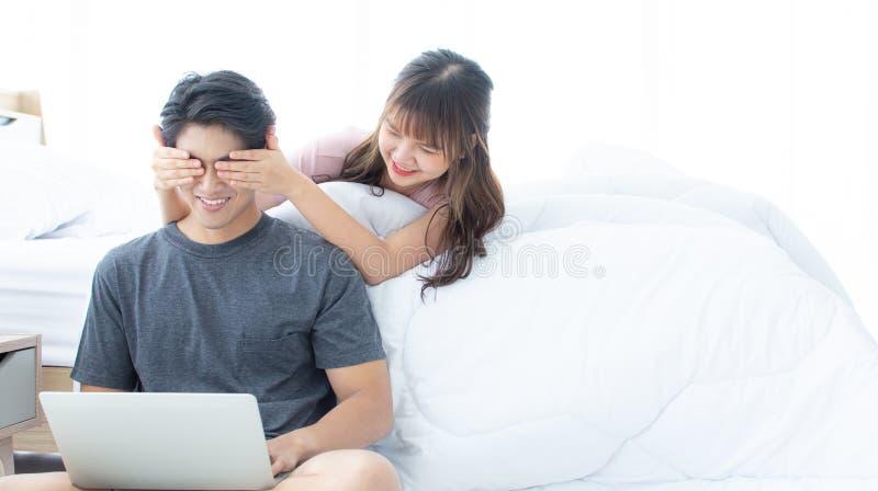 Een jongen die verrassing van zijn meisje krijgen stock foto