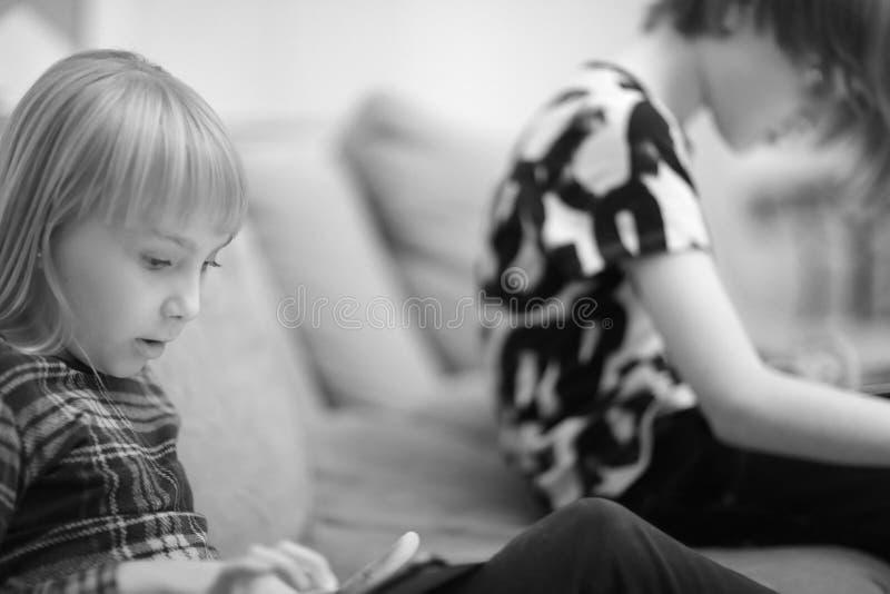 Een jongen en een meisje die een computerspel spelen stock afbeelding