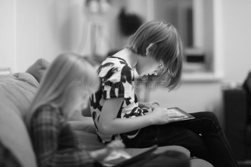 Een jongen en een meisje die een computerspel spelen royalty-vrije stock fotografie