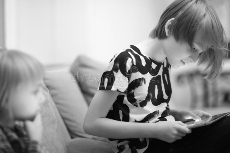 Een jongen en een meisje die een computerspel spelen stock foto's