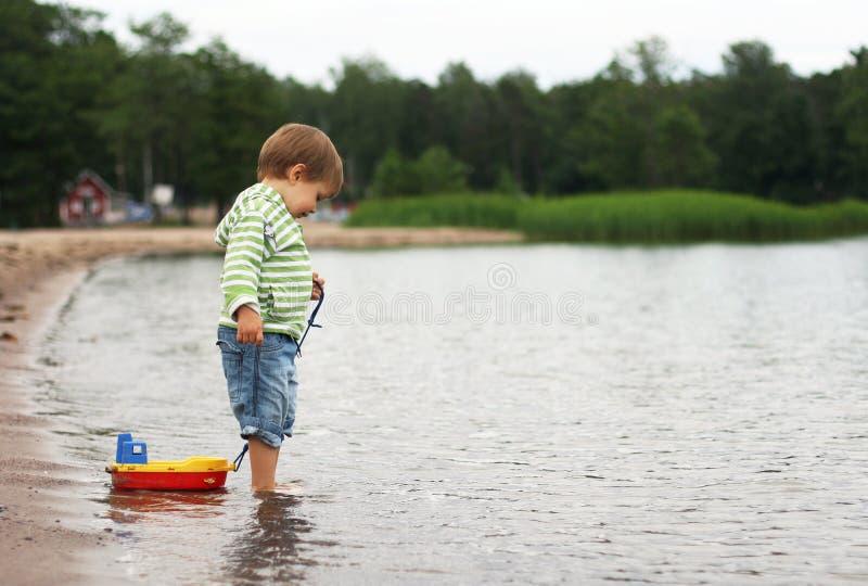Een jongen met een boot stock foto's