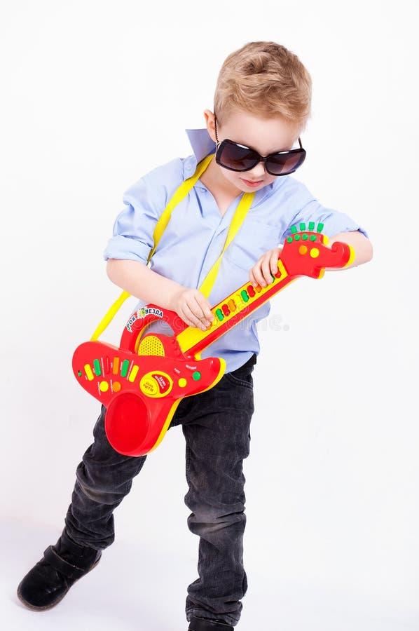 Een jongen met een gitaar stock afbeeldingen