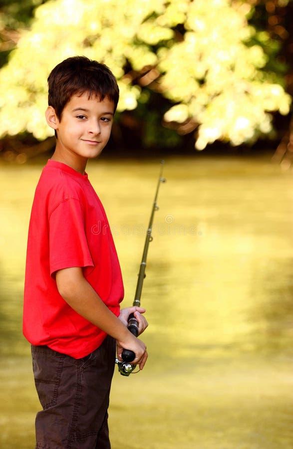 Een jongen met hengel stock fotografie