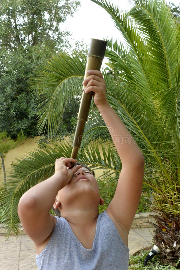 Een jongen met kijker royalty-vrije stock fotografie