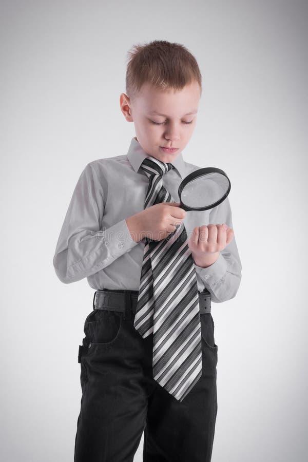 Een jongen onderzoekt zijn hand royalty-vrije stock afbeelding