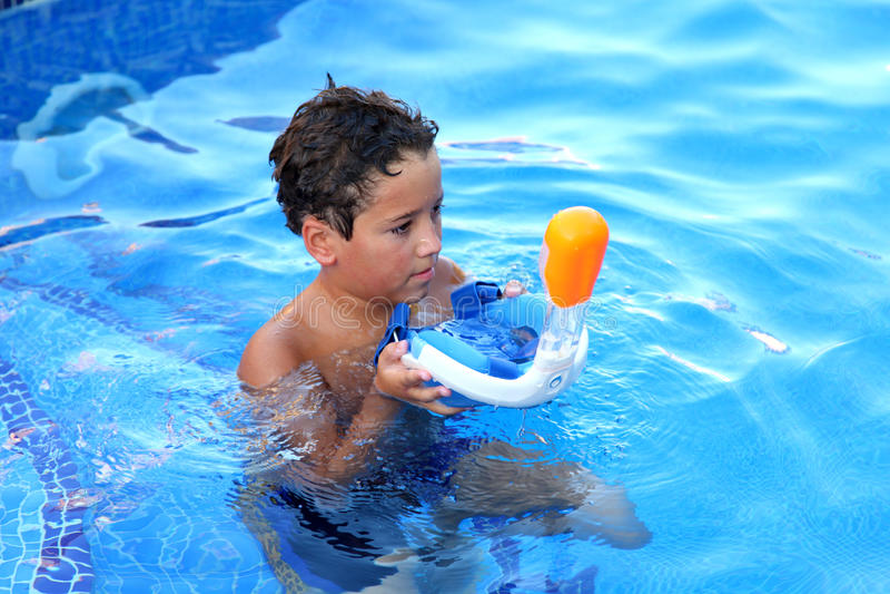 Een jongen speelt in een zwembad met Easybreath-masker royalty-vrije stock foto