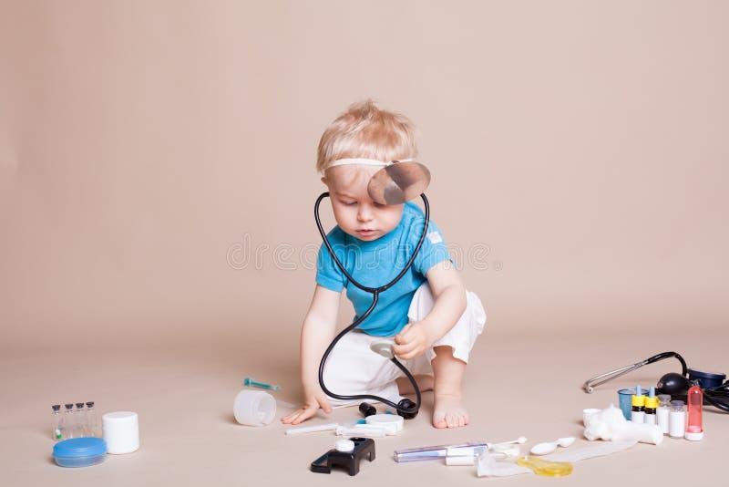Een jongen speelt in het ziekenhuis van de artsengeneeskunde stock afbeeldingen