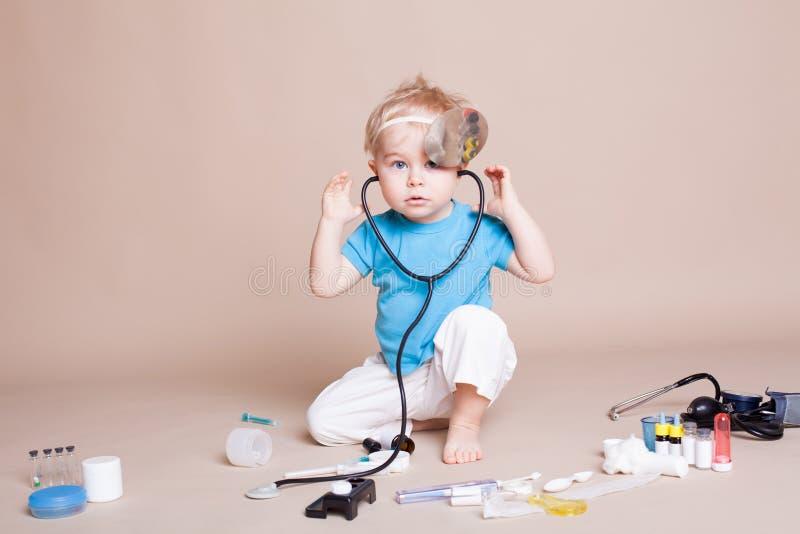 Een jongen speelt in het ziekenhuis van de artsengeneeskunde stock foto