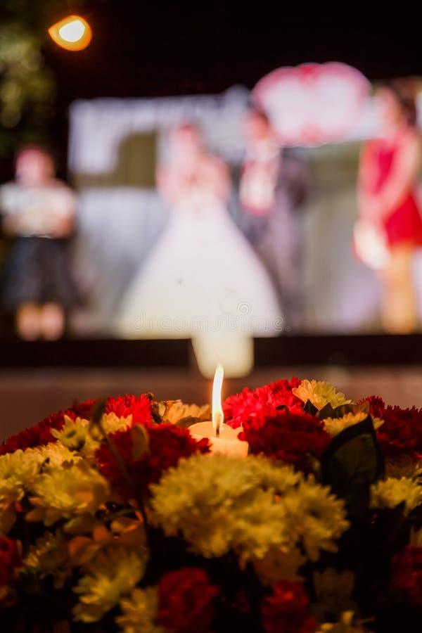 Een kaars in de bloem - de vage achtergrond van huwelijksceleblation royalty-vrije stock foto's