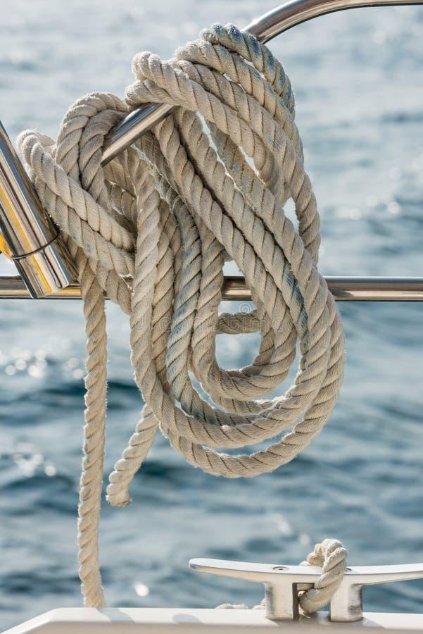 Een kabel bond rond een spoor op een jacht royalty-vrije stock afbeelding