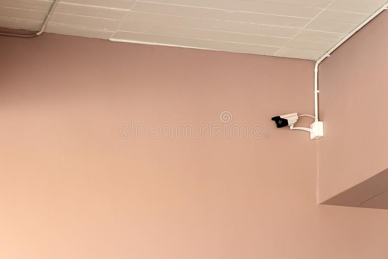 Een kabeltelevisie-camera op muur binnen het gebouw voor horloges neer onder belangrijke gebeurtenissen stock foto