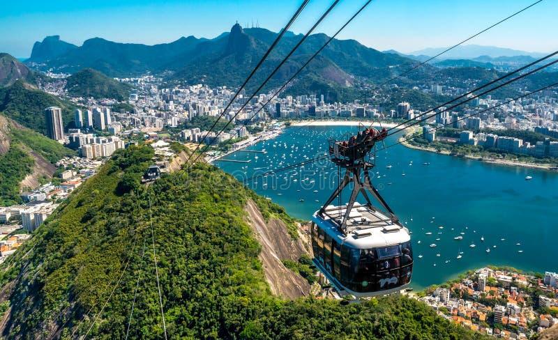 Een kabelwagen brengt toeristen aan Sugar Mountain in Rio de Janeiro, Brazilië royalty-vrije stock afbeeldingen