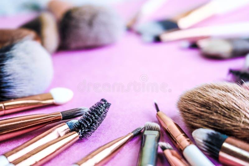 Een kader van een reeks mooie verschillende zachte make-upborstels van natuurlijk pluksel voor het richten van schoonheid en het  stock foto