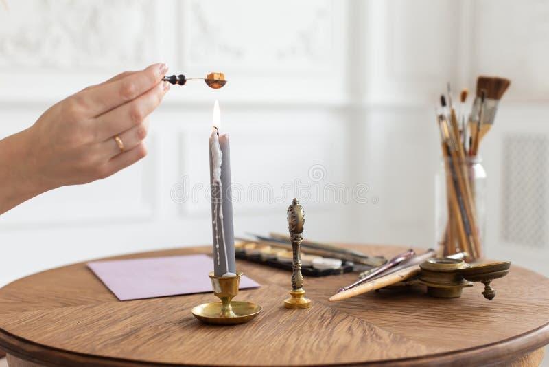 Een kalligraafvrouw maakt een wasverbinding op de envelop Close-up Zachte nadruk stock afbeeldingen