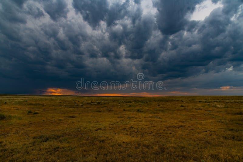Een Kalmerende Zonsondergang als Onweerswolkenvorm stock foto