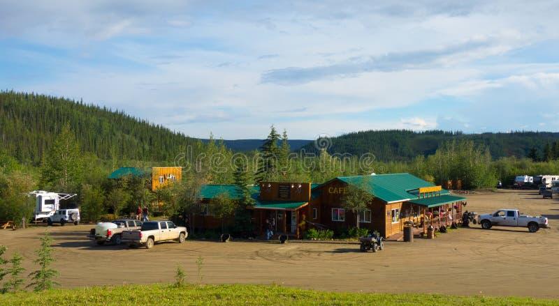 Een kampeerterrein langs de bovenkant van de wereldweg wordt gevestigd in Alaska dat royalty-vrije stock fotografie