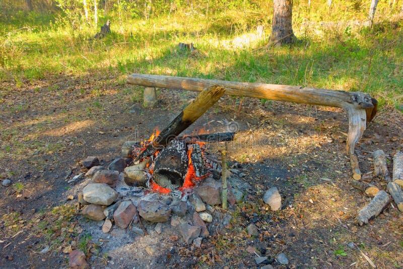 Een kampvuur in noordelijk Canada stock afbeelding
