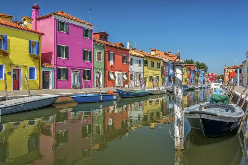 Een kanaal in Burano, Italië stock afbeeldingen