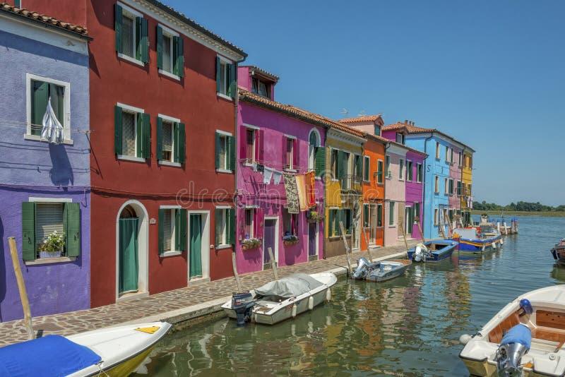 Een kanaal in Burano, Italië royalty-vrije stock afbeeldingen
