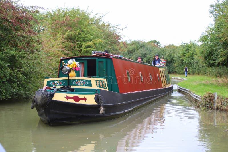 Een kanaal die narrowboat langs kanaal kruisen stock afbeeldingen
