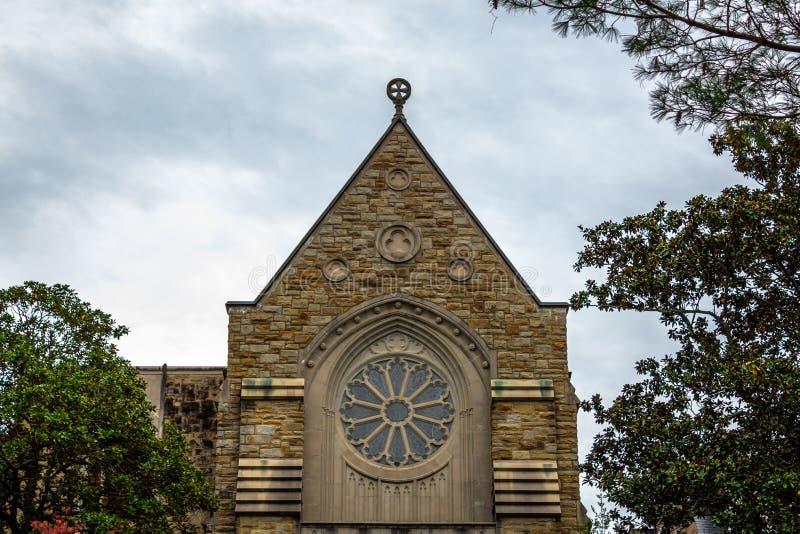 Een Katholieke Kerk met een Mooi Cirkelvenster royalty-vrije stock afbeelding