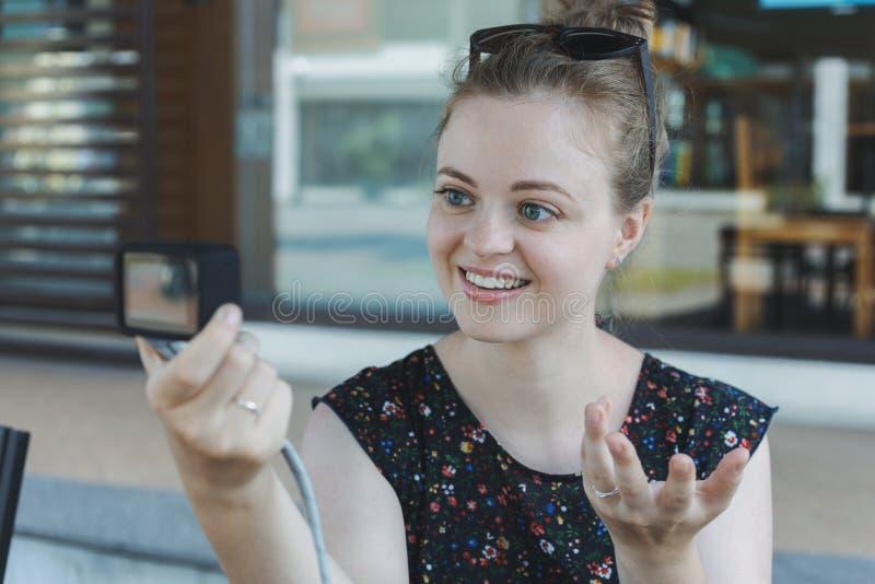 Een Kaukasisch jong meisje die een videoblog vlog of een foto maken die kleine camera houden royalty-vrije stock foto's