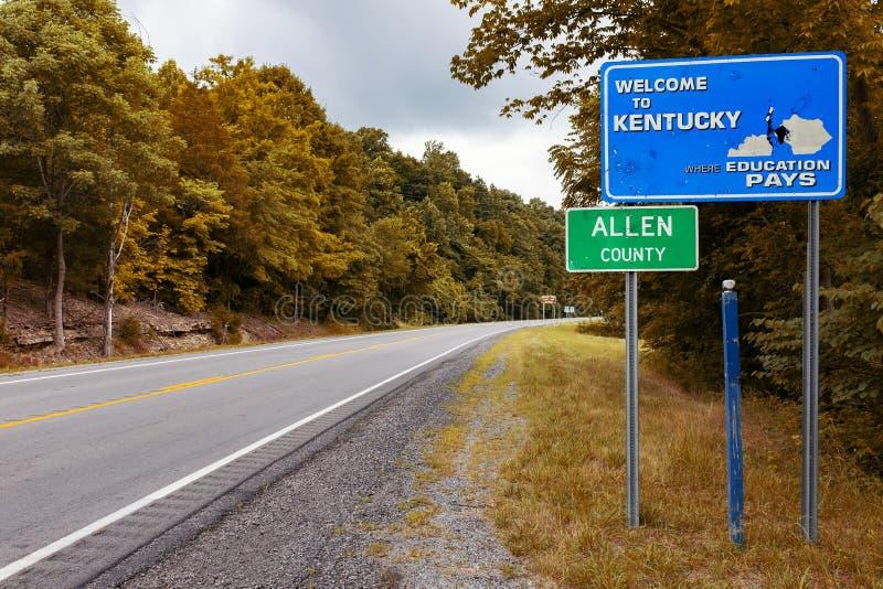 Een Kentucky State-welkomstbord langs een weg bij de ingang van Allen County stock afbeelding
