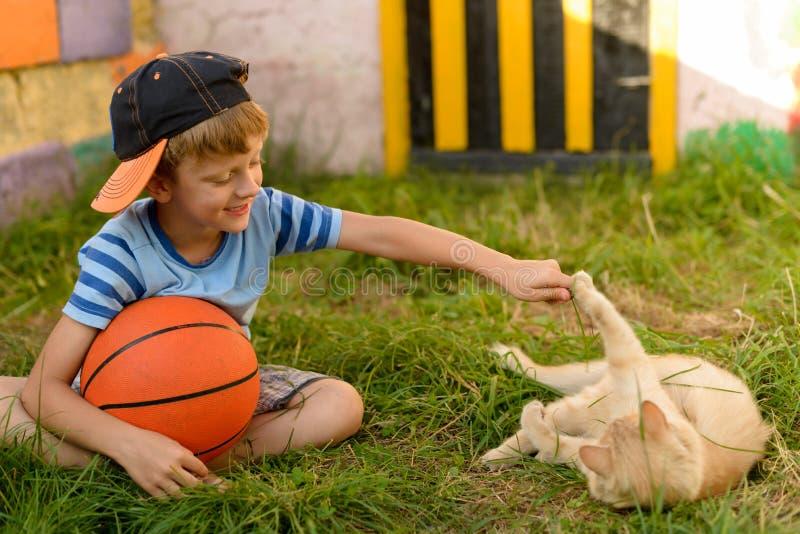 Een kerel is een basketbalspeler op het hof voor sporten Warme summe stock foto