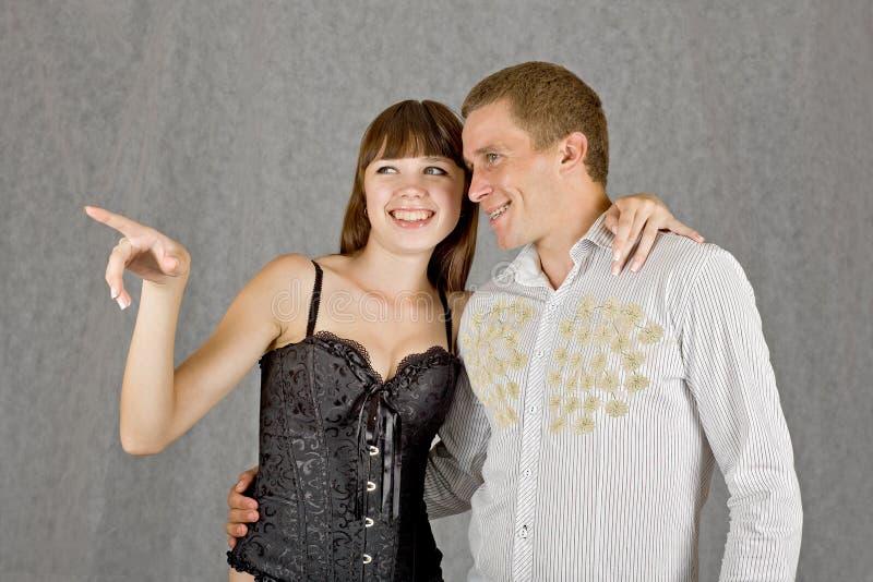 Een kerel en een meisje die dezelfde richting onder ogen zien stock foto's