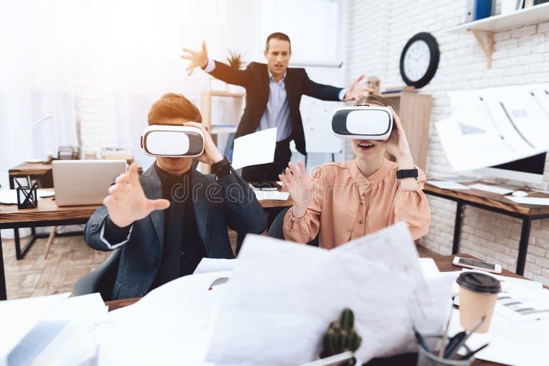 Een kerel met een meisje heeft pret met virtuele werkelijkheidsglazen royalty-vrije stock foto