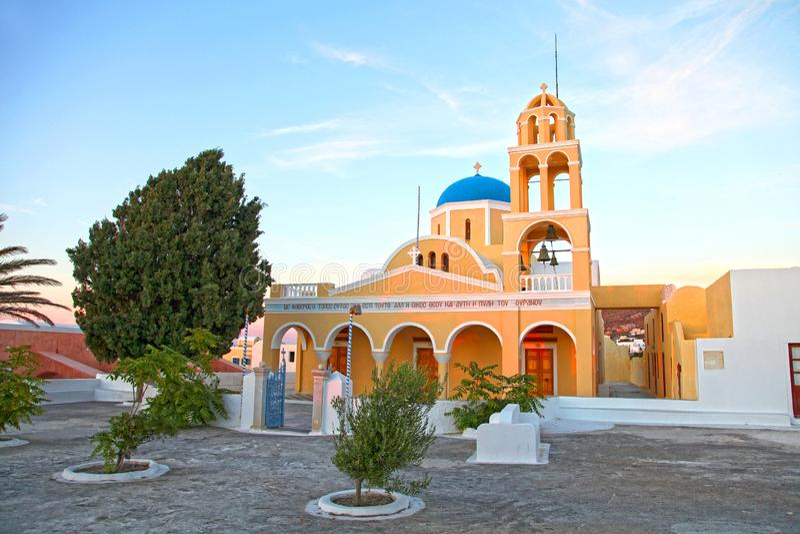 Een kerk in Oia stad in Santorini, Griekenland stock afbeeldingen