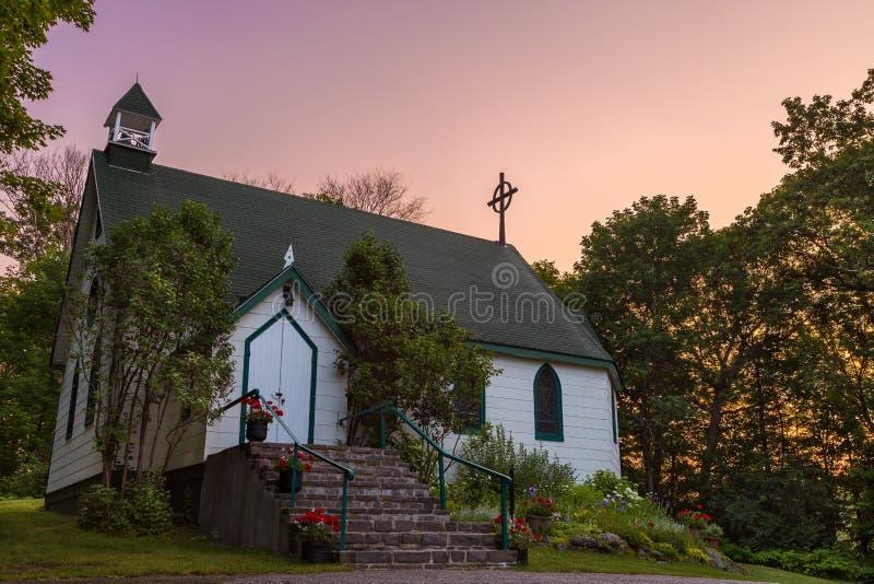 Een kerk van het land in Muskokas bij dageraad royalty-vrije stock afbeelding