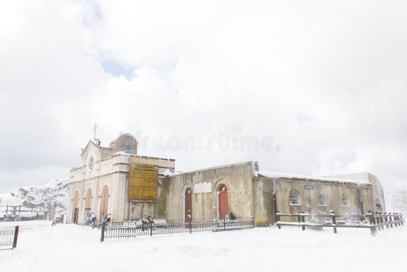 Een kerkberg met sneeuw wordt behandeld die stock afbeelding