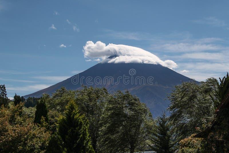 Een Kerstman` s hoed op Berg Fuji royalty-vrije stock fotografie