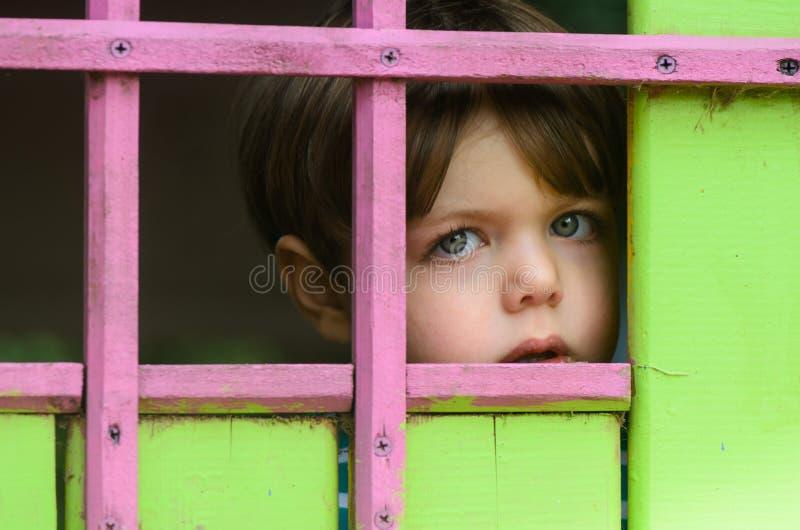 Een kind is alleen en doen schrikken royalty-vrije stock foto