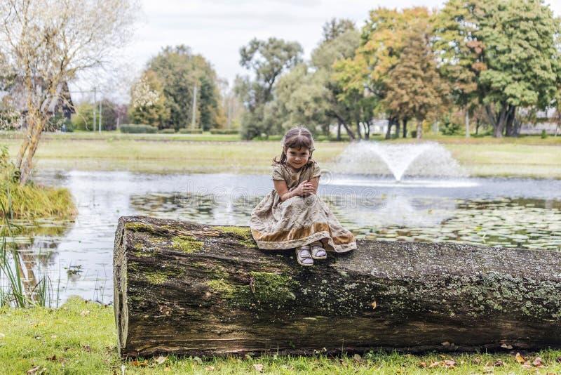 Een kind bij de vijver stock afbeelding