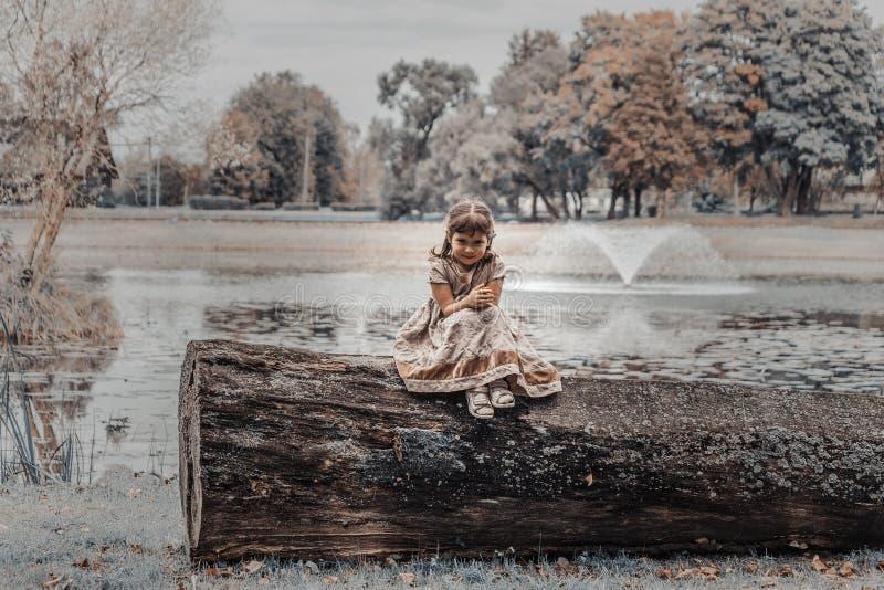 Een kind bij de vijver stock fotografie