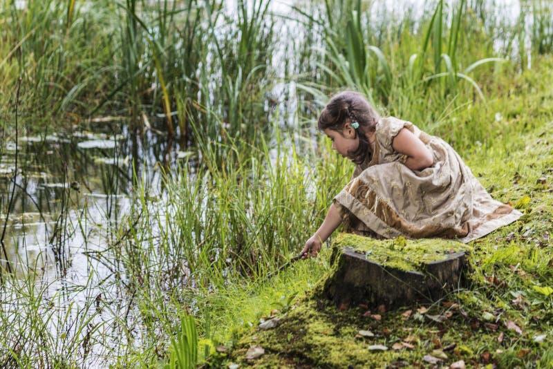 Een kind bij de vijver stock afbeeldingen