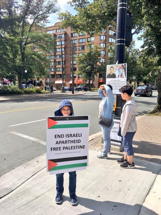Een kind die een affiche houden vragend aan vrij Palestina royalty-vrije stock afbeelding