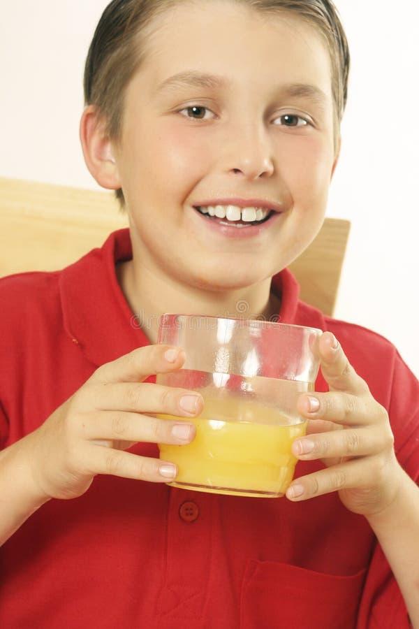 Een kind het drinken jus d'orange stock fotografie