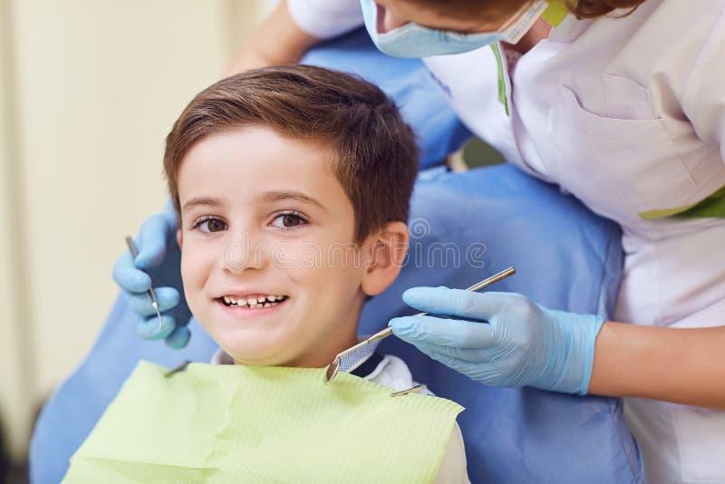 Een kind met een tandarts in een tandbureau royalty-vrije stock foto's
