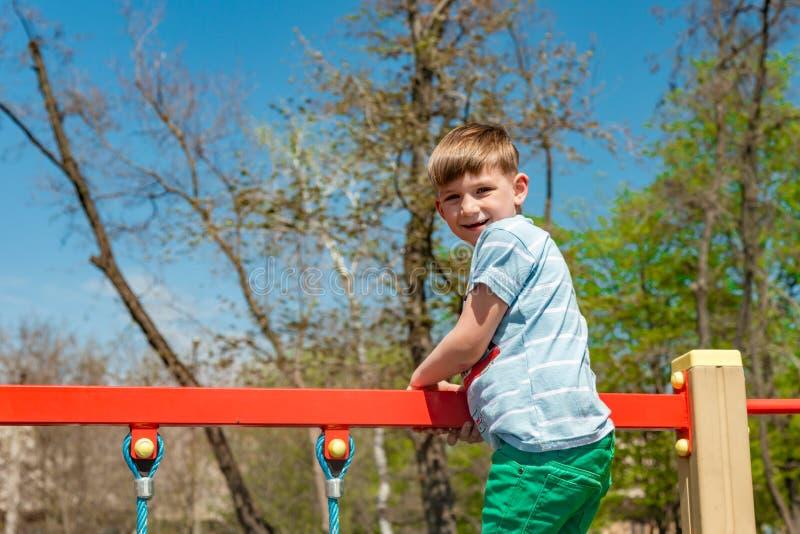 Een kind op de sportenspeelplaats, een jongen loopt op de kabelwagen in een extreem park royalty-vrije stock foto's