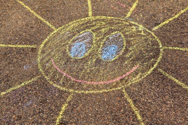 Een kind` s tekening van zon op een stree royalty-vrije stock foto's