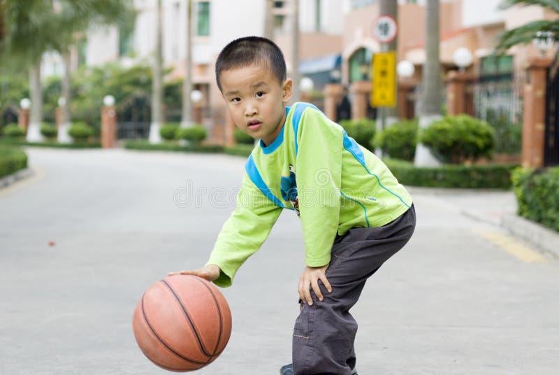 Een kind speelbasketbal stock foto's