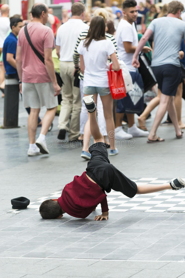 Een kind stelt een rem-dans in werking stock foto's