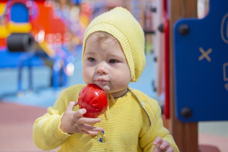 Een kind van Kaukasische Kaukasische spelen schuurt vormen in een zandbak Het meisjesjongen van de kindbaby één éénjarige die op  royalty-vrije stock afbeeldingen