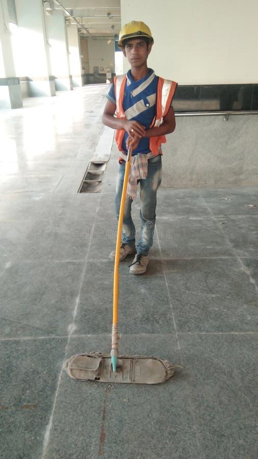 Een kinderarbeid in stedelijk als huis die personeel houden stock foto